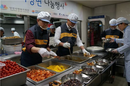 KB투자증권은 지난 18일 양천 장애인 종합복지관에서 지역 장애인 및 주민 등 350여 명에게 자장면과 탕수육을 점심식사로 지원하고 배식하는 활동을 펼쳤다.