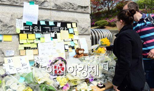 ▲ 단원교 교문에는 세월호 침몰로 희생된 학생을 기리고 실종자의 귀환을 소망하는 편지와 꽃다발이 가득하다.