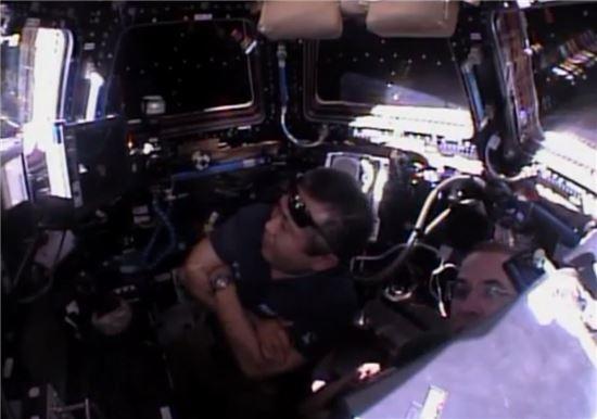 ▲국제우주정거장에 머물고 있는 승무원들이 육안으로 드래건의 모습을 지켜보고 있다.[사진제공=NASA TV]