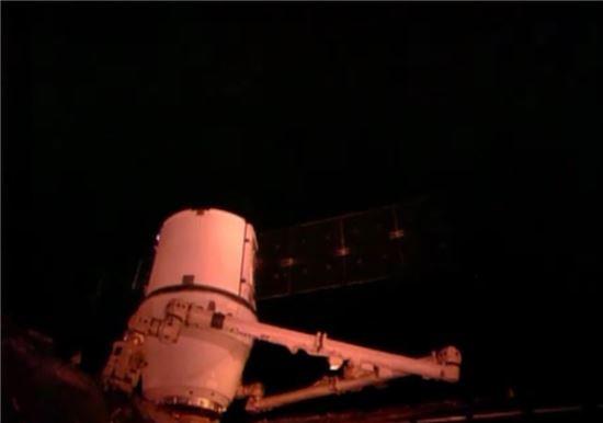 ▲드래건이 국제우주정거장의 하모니 모듈에 도킹되고 있다.[사진제공=NASA TV]