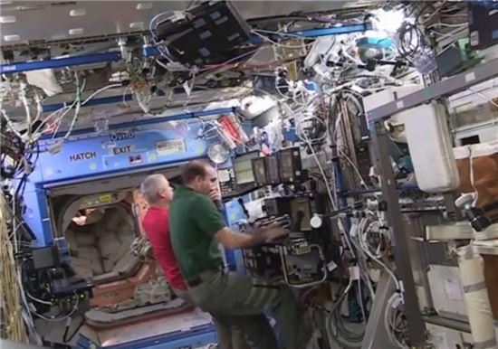 ▲국제우주정거장 승무원들이 안전하게 랑데뷰한 드래건의 상황을 모니터로 최종 점검하고 있다.[사진제공=NASA TV]
