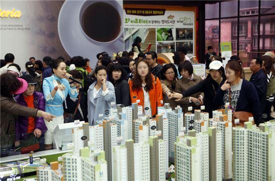 18일과 21일 이틀간 '남양산역 반도유보라 5차'의 3순위 청약접수에 2000여명이 몰려 큰 인기를 끌었다.
