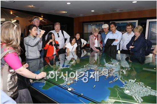 지난 21일 대우조선해양 옥포 조선소를 방문한 노르웨이 입양가족들이 홍보관에서 조선소 야드에 관한 설명을 듣고 있다. (대우조선해양=사진제공)