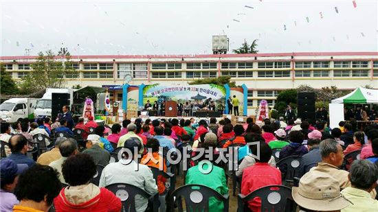 곡성군 오곡면은 지난 19일 구 오곡초등학교 운동장에서 면민 500여명이 참석한 가운데 제8회 면민의날 기념식과 함께 제33회 주민 한마당 행사를 차분한 분위기 속에서 개최했다.