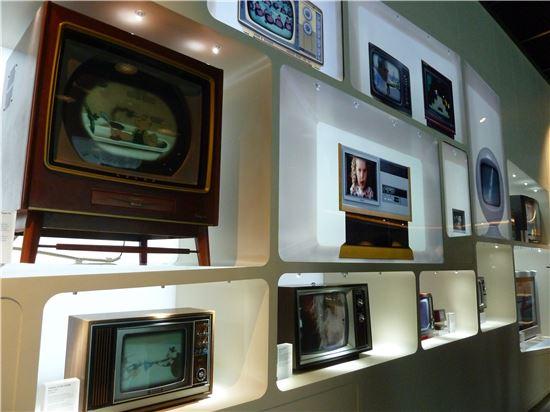 ▲삼성이노베이션 뮤지엄 내 흑백TV 전시장. 진공관, 트랜지스터 방식의 흑백 TV들이 시대별로 전시돼 있다. 각 TV에는 기기가 팔리던 시대의 국내외 영상콘텐츠가 재생된다.