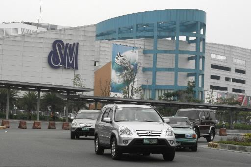 필리핀 마닐라 파사이에 있는 'SM 몰 오프 아시아' 앞을 차량들이 지나가고 있다. 사진=블룸버그