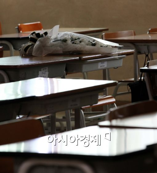[포토]조용한 교실에 놓여진 국화꽃