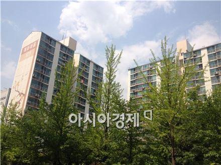 매화마을1단지는 1995년 준공돼 전체 2만6360㎡에 지하 1층, 지상 15~20층, 6개동 562가구 규모다.