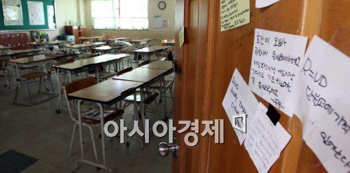 [포토]국화 놓여진 조용한 교실