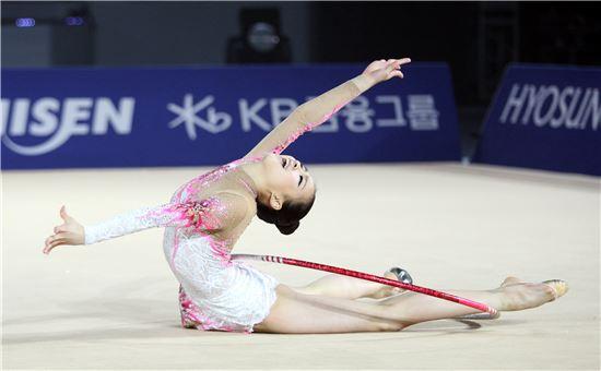 KB금융그룹 후원선수인 체조요정 손연재 선수가 리듬체조 경기에서 환상적인 연기를 펼치고 있다.