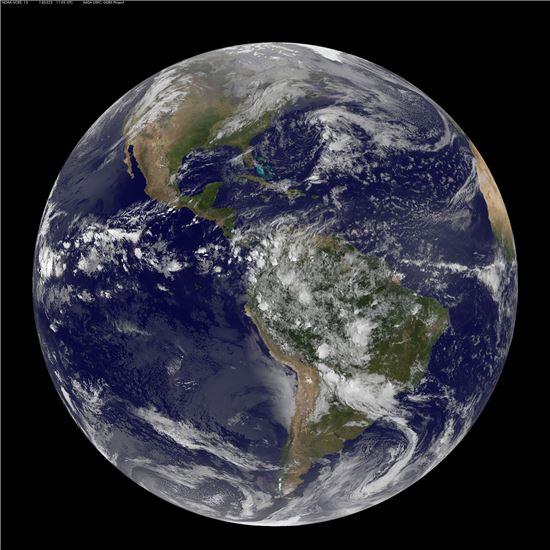 ▲아름다운 지구가 손에 잡힐 듯 다가온다.[사진제공=NASA]