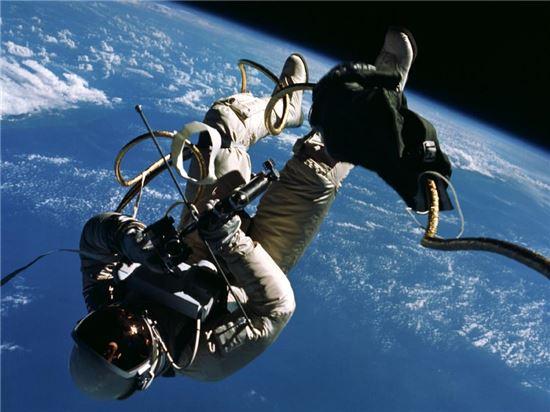 ▲'테더'라는 밧줄이 우주유영을 하는 비행사들에게는 생명줄이다.[사진제공=NASA]