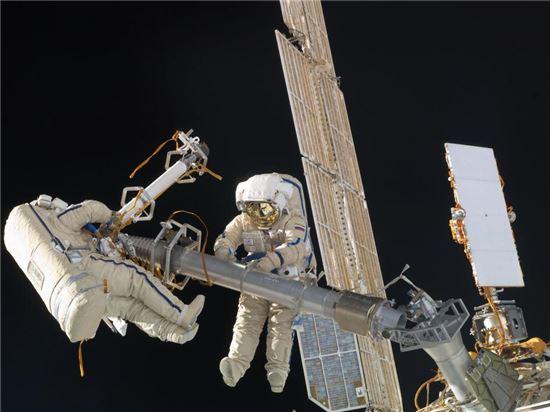 ▲우주선과 위성을 수리하고 각종 과학실험을 위해 우주비행사들은 우주유영에 나선다.[사진제공=NASA]