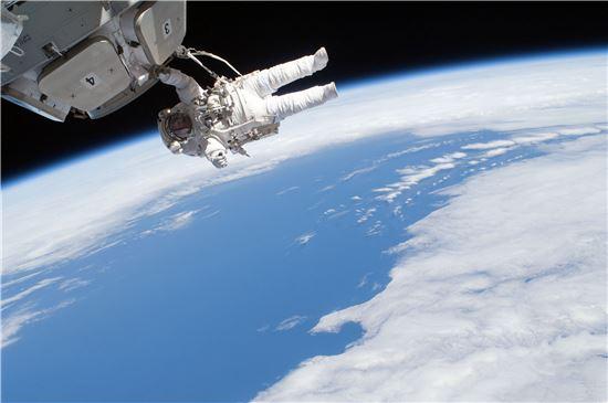 ▲우주공간은 우주비행사들에 있어 엄마의 자궁과 같다. '작은 우주'인 자궁에서 태어난 인류가 '큰 우주'에 다가서고 있다.[사진제공=NASA]