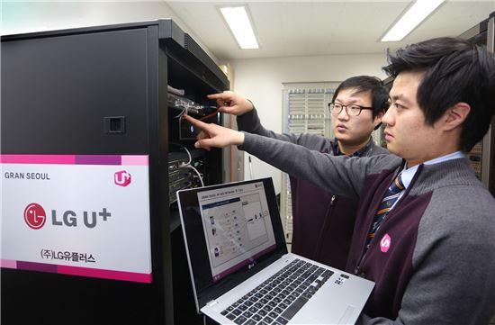 ▲LG유플러스 기술인력들이 23일 서울 강북지역 최대 규모 건물 '그랑 서울'에 구축될 첨단 빌딩 통신인프라 장비를 점검하고 있다. LG유플러스는 그랑 서울에 10Gbps 속도를 지원하는 통신망과 네트워크 보안 장비, 전문기술자를 제공한다.