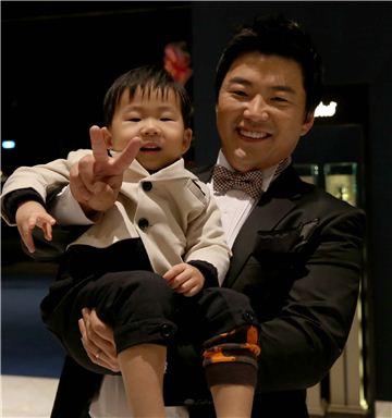 류현우가 지난해 연말 KGT 시상식에서 아들 다승이와 함께 포즈를 취한 모습이다. 사진=KGT 제공