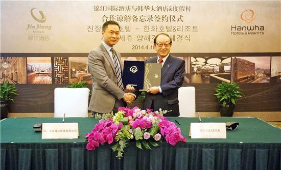 진장국제호텔 사이먼 장 대표, 한화호텔앤드리조트 홍원기 대표(오른쪽)