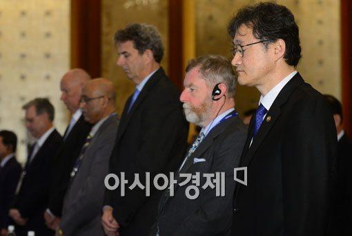[포토]묵념하는 국제 해사포럼 참가자들