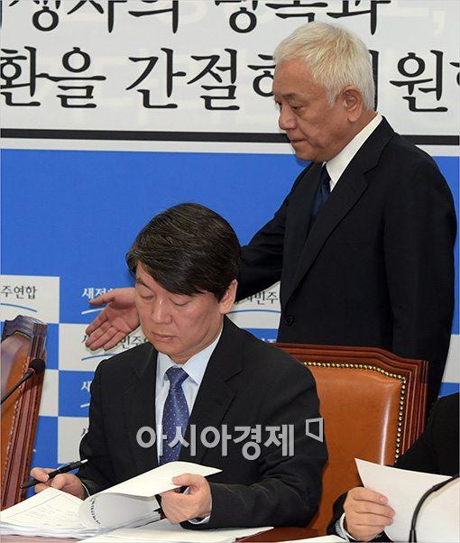 [포토]눈물 참지 못한 김한길 대표