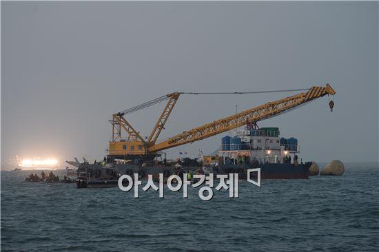 22일 저녁 전남 진도군 병풍도 앞 2.5마일 인근 해상 세월호 침몰 지점에서 구조 작업에 투입된 '2003 금호호'(바지선). 사진=공동취재단