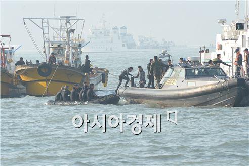 22일 오후 세월호 침몰 현장에 투입된 잠수부들이 구조 작업을 위해 배를 갈아타고 있다. 사진=공동취재단