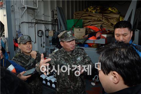 22일 오후 해군 구조함 청해진함 함상에서 해군 해난구조대(SSU) 장진홍 대장이 기자들에게 구조 작업 현황을 설명하고 있다. 사진=공동취재단