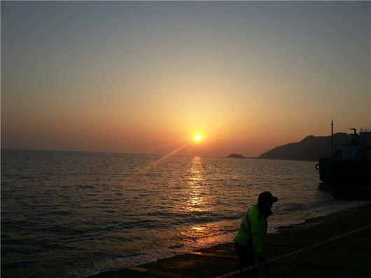세월호 침몰 사고가 발생한지 이레 째인 22일 오후, 진도 팽목항 앞 수평선 너머로 해가 저물어가고 있다.