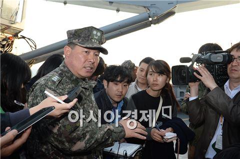 22일 오후 해군 해난구조함 청해진함 선상에서 해난구조대(SSU) 장진홍 대장이 기자들의 질문에 답하고 있다. 사진=공동취재단