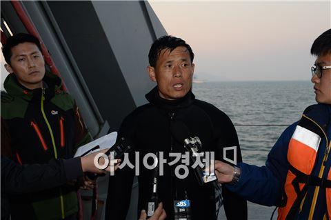 22일 오후 해군 소속 청해진함 선상에서 해난구조대(SSU)소속 박주흠 상사가 구조 작업에 대해 기자들에게 설명하고 있다. 그는 당일까지 5차례에 걸쳐 잠수해 1명의 시신을 구조했다. 사진=공동취재단