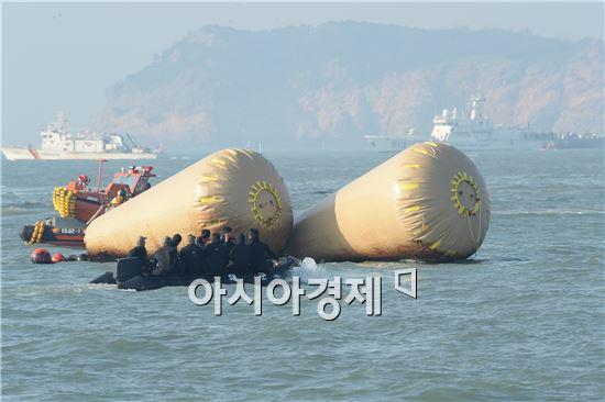 22일 오후 전남 진도군 병풍도 북쪽 2.5마일 해상. 세월호 선수에 매달려 있는 부표. 사진=공동취재단