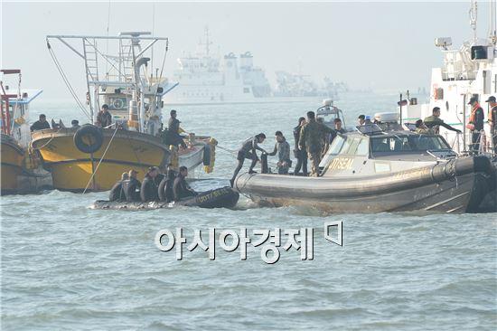 22일 오후 세월호 구조 작업을 진행 중인 잠수부들이 배를 갈아타고 있다. 사진=공동취재단