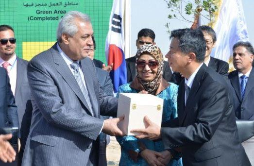 지난 2월22일 이라크 카르발라 현장에서 열린 카르발라 프로젝트 계약식에서 임병용 GS건설 사장(오른쪽)과 압둘 카림 이라크 석유부 장관(왼쪽)이 계약 서명식 후 선물을 나누고 있다. /