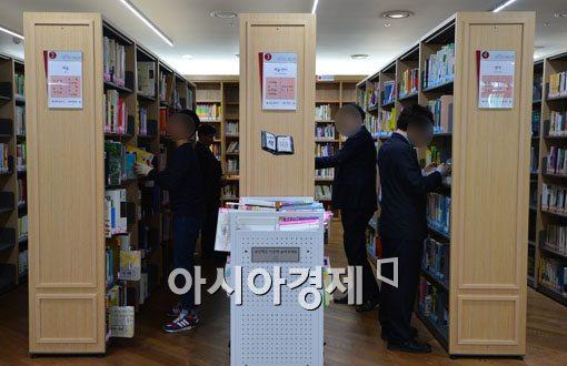 [포토]도서관 찾은 넥타이 부대