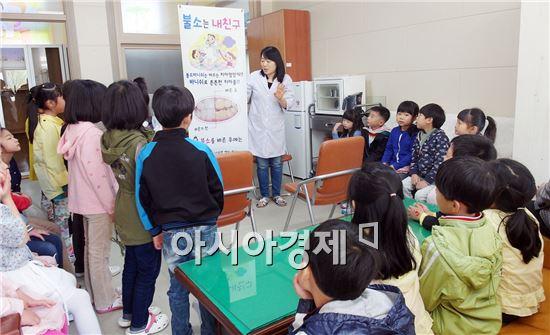 광양시보건소가 오는 12월말까지 관내 초등학생의 충치 예방을 위해 학교를 직접 방문하여 무료 불소도포를 실시한다.