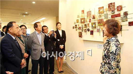 서기동 구례군수 등 참석자들이 대한민국압화대전에서 대통령상을 수상한 작품을 관람하고 있다.