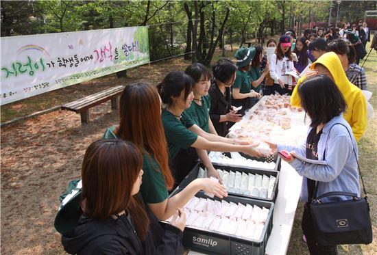 간식을 나눠주고 있는 에코캠퍼스실천단 학생들.