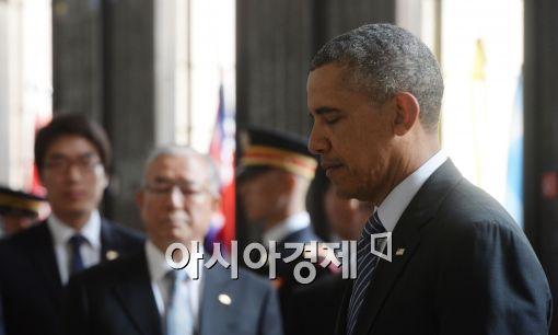 ▲버락 오바마 미국 대통령은 방한 첫 일정으로 서울 용산구 전쟁기념관을 찾아 UN참전국 전사자 명비에 헌화하고 묵념하기도 했다.
