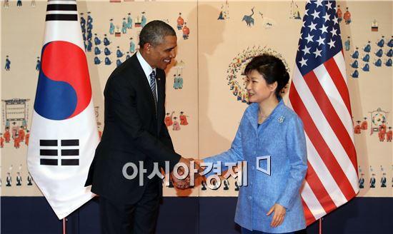 박근혜 대통령과 버락 오바마 미국 대통령이 25일 오후 청와대에서 열린 한-미 정상회담에 앞서 기념촬영하며 악수하고 있다