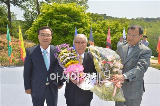 제7회 녹두대상 시상식에서  나카츠카 아키라 교수(가운데) 가 수상하고 이강수 고창군수(왼쪽)등 관계자들이 기념촬영을 하고있다.