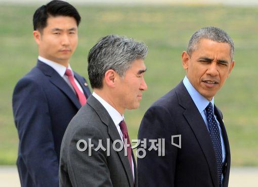 [포토]오바마 미 대통령, 성 김 주한미대사와 대화