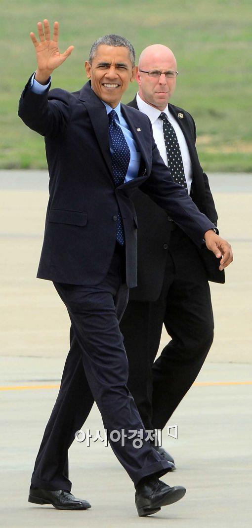 [포토]취재진의 향해 손 흔드는 버락 오바마 미 대통령