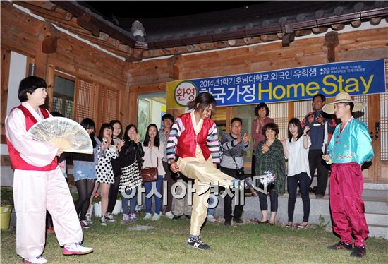 외국인 학생들이 담양군 창평면 유촌리 한옥마을에서 한복을 입고 제기차기 등 전통놀이를 체험하고 있다.