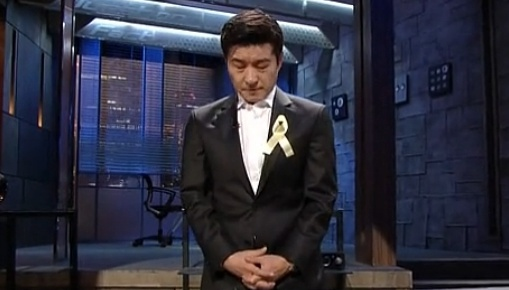 ▲김상중이 세월호 희생자에게 애도를 표하며 눈물을 흘렸다(사진:SBS 방송캡처)