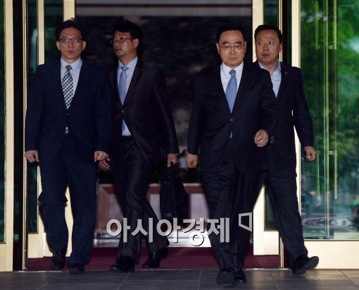 [포토]청사 나서는 정홍원 총리