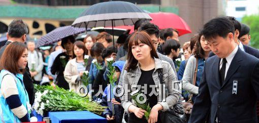 [포토]서울광장 합동분향소 찾은 시민들
