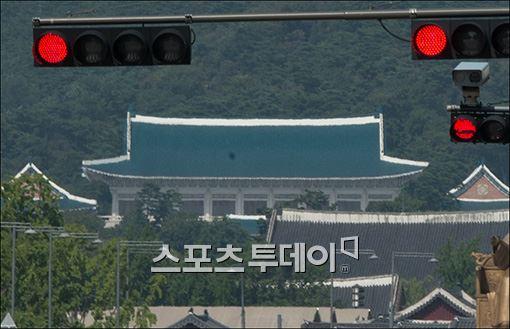 청와대가 '정윤회 씨의 국정개입'에 대해 전면 부인했다.