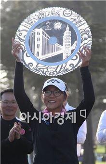 리디아 고가 스윙잉스커트클래식 우승 트로피를 들고 환하게 웃고 있다. 샌프란시스코(美 캘리포니아주)=Getty images/멀티비츠