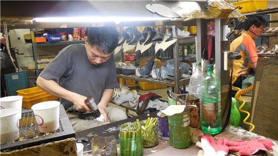 성수동 구두 장인이 작업 모습