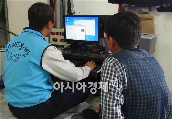 """전남 함평경찰서(서장 강칠원) 참수리 IT봉사단은 28일 함평읍 성남리에 거주하는 박 모씨(54 .지체장애 2급)집을 찾아가 컴퓨터 무상점검 및 바이러스 치료를 해주는 한편 노후로 사용이 불편했던 전화기를 교체하는 등의 따뜻한 감성치안활동을 전개했다.  함평경찰서 정보통신 나용주 경위는 """"집안 내외부를 깨끗이 정리정돈하고, 지역 내 거동이 불편한 이웃들의 따뜻한 안전막이 되겠다""""고말했다."""