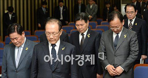 [포토]묵념하는 황우여·최경환